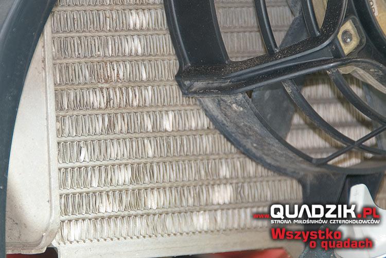 Chłodnica odpowiada za właściwe chłodzenie pojazdu. Pozaginana struktura znacznie ogranicza możliwości chłodzenia silnika.